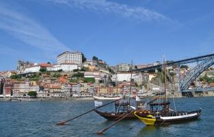 9. Gebruik The Porto Card: deze toeristische kaart laat je alle hoogtepunten van Porto ontdekken aan verlaagde tarieven of zelfs helemaal gratis. Ze geniet je van gratis inkom in 11 musea, 15 procent korting in 21 restaurants en tal van andere voordelen. Je kiest zelf voor hoeveel dagen je een pas wil (1-4 dagen) en of je er gebruik van het openbaar vervoer bij wil. Prijzen variëren van 6 euro tot 33 euro. © Kiënta Martens