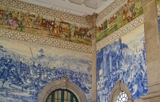 3. Vergaap je aan het mooiste treinstation: wil je de azulejo's echt tot leven zien komen? Rep je dan naar het São Benton Train Station en aanschouw de levensgrote taferelen en verhalen, in elkaar gepuzzeld met de wit-blauwe tegeltjes. Hier op tijd een trein halen wordt een uitdaging! © Kiënta Martens