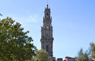 5. Ga voor het uitzicht: dat ontdek je op de Torre dos Clérigos, een bekende toren in het centrum van Porto daterend uit 1754. De toren staat vast aan de kerk Igreja dos Clérigos en is zo'n 76 meter hoog. Dat maakt hem ook meteen de hoogste kerktoren van Portugal. Beklim 240 trappen voor een paar euro en je kijkt uit over de hele stad! © Kiënta Martens