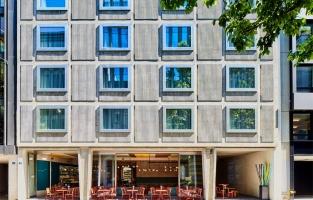 """Nomad Design & Lifestyle Hotel: dit voormalig appartemensblok uit de jaren 50 werd volledig omgebouwd tot viersterren stadshotel in het centrum van Bazel en opende de deuren in januari 2016. Het bekoort met zijn moderne architectuur in een huiselijke sfeer: onbewerkt beton ontmoet warm eikenhout. Esthetisch en ambachtelijk topniveau gaan er hand in hand. Het bruisende restaurant """"Eatery"""" serveert gerechten uit de hele wereld."""