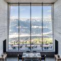 Hotel Chetzeron: het vroegere kabelbaanstation midden in het ski- en wandelgebied van Crans-Montana werd omgetoverd in een elegant boetiekhotel met zestien luxueuze kamers, een puristisch vormgegeven restaurant en een geweldig houten terras. Ook een outdoor lounge met ligstoelen nodigen uit tot relaxen in de zon.
