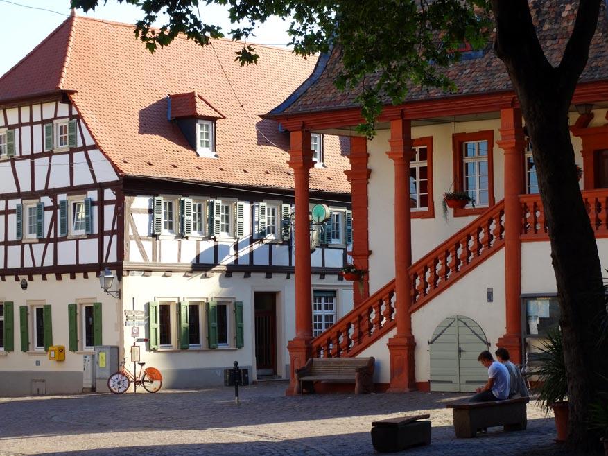 Rustig verpozen in het historische wijndorpje Freinsheim. © Marc Kenis