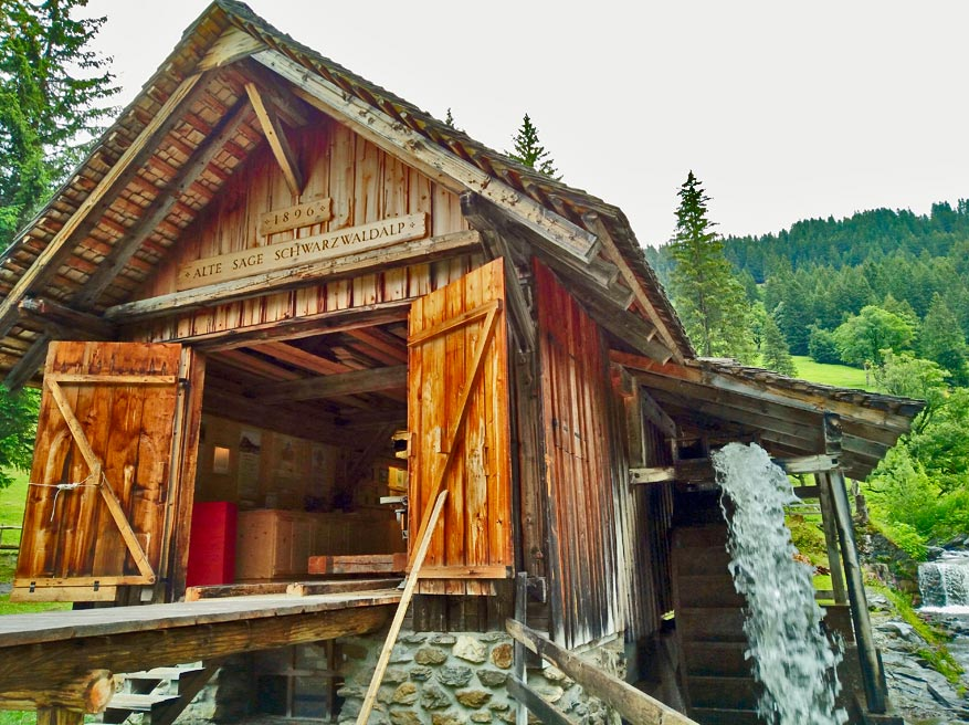 De oude houtzagerij op waterkracht