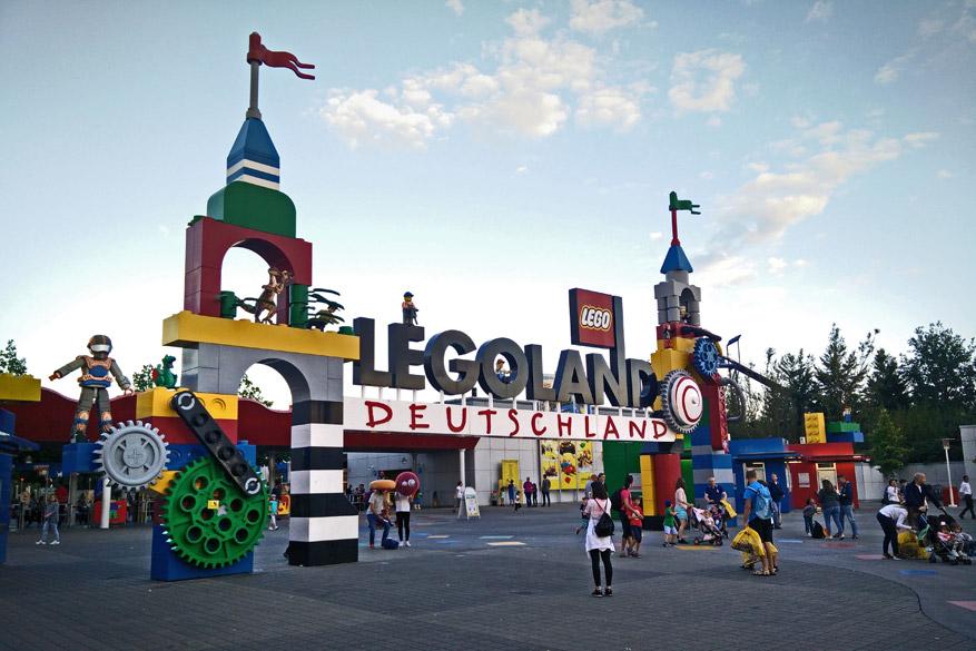 De ingang van Legoland, bestaande uit - jawel - Legoblokjes.