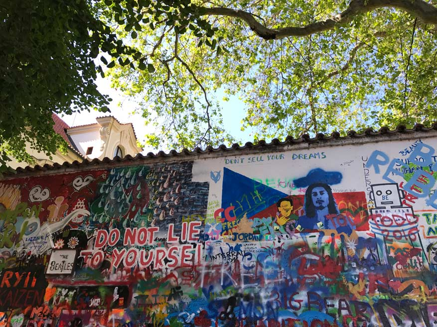 Inspirerende quotes op de Lennon Wall.