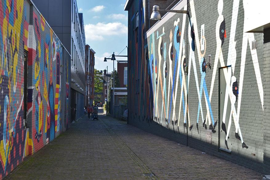 De Bleekstraat wordt zowel links als rechts versierd met kleurrijke murals.