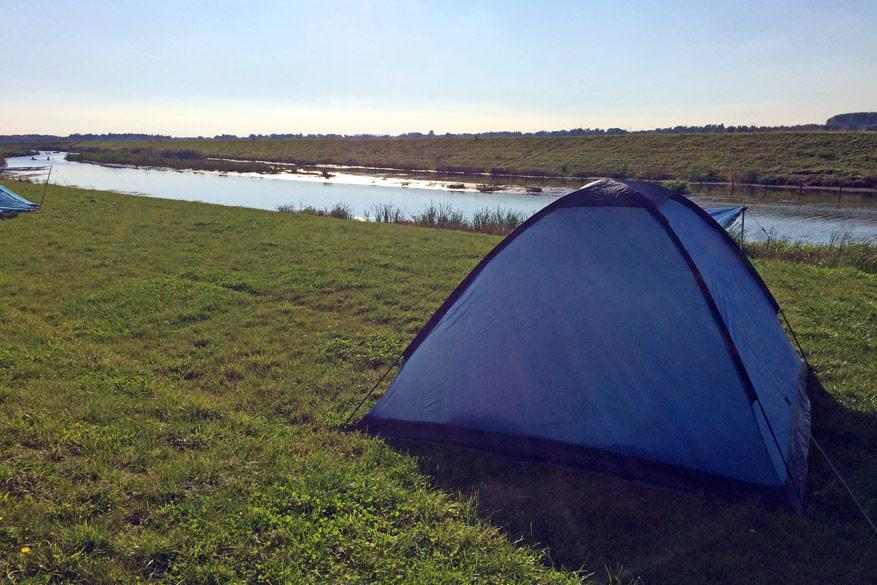 Onze tent staat al klaar in de groene omgeving van Werkendam.