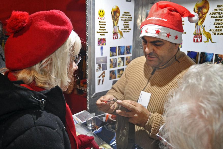 Handige verkopers trachten er ook allerlei gadgets aan de man te brengen.