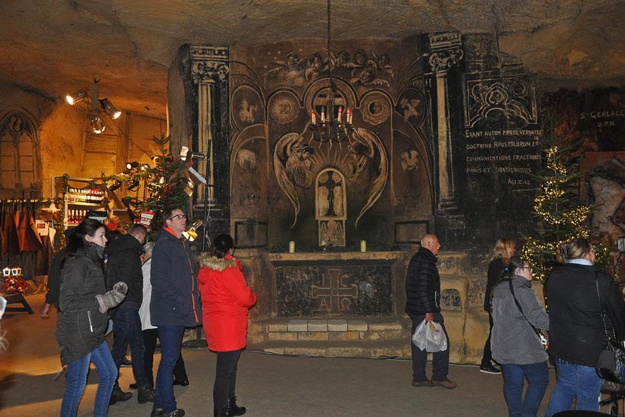 In de Fliweelengrot is een kapel uit de 18de eeuw een opvallende blikvanger tussen de standen
