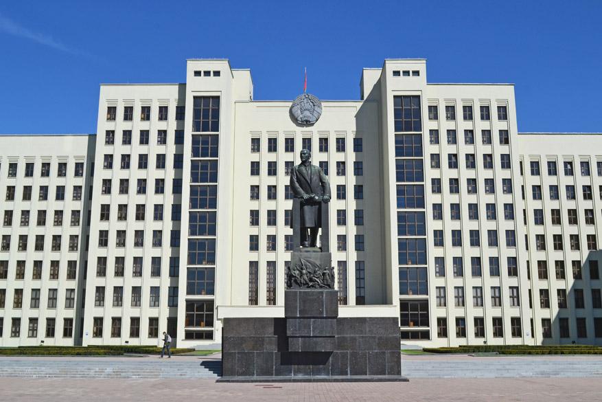 Het indrukwekkende regeringsgebouw met Lenin op de voorgrond.