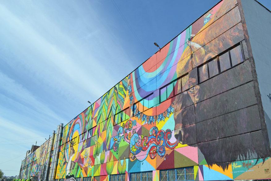 Wit-Ruslands grootste mural van de hand van kunstenaar Roman Martins.