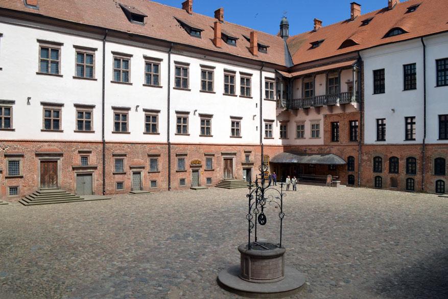 De binnenplaats van Mir Castle.