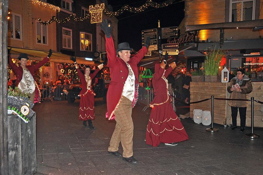 Tijdens de parade zetten dansgroepen hun beste beentjes voor aan de terrassen van de restaurants.