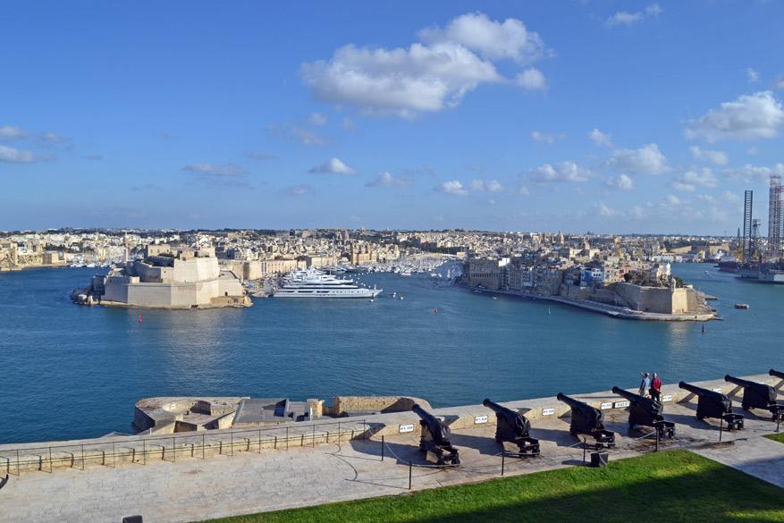 Het uitzicht op de haven en de Three Cities vanuit de Upper Barrakka Gardens.