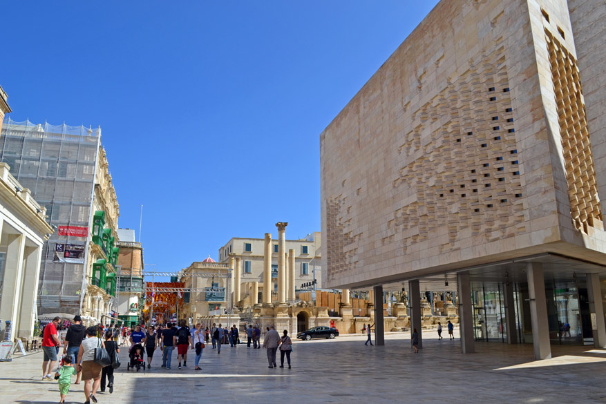 Het centrale plein in Valletta met het moderne parlementsgebouw en het openluchttheater in wording.